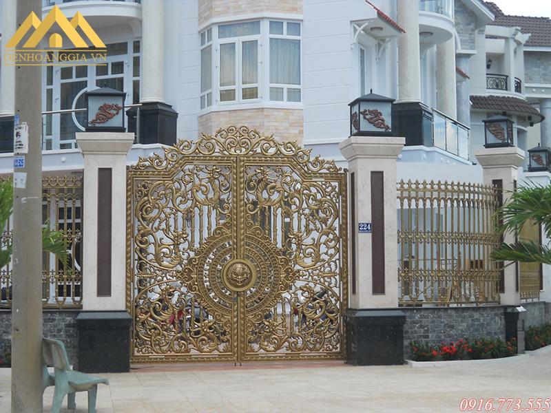 Lắp đèn trụ cổng ở cổng chính của ngôi nhà