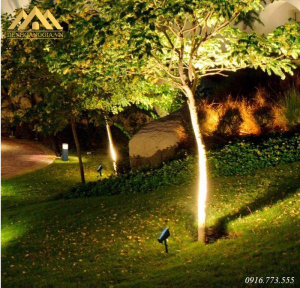 Đèn hắt sân vườn thiết kế tạo nguồn ánh sáng chiếu điểm