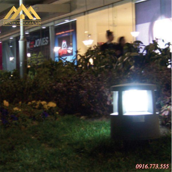 Sử dụng đèn trụ sân vườn ánh sáng trắng để tô điểm cho vườn hoa